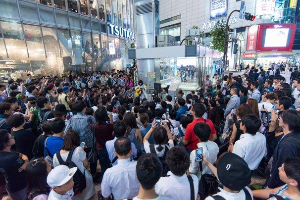 2015年8月25日メジャーデビュー前夜に敢行した渋谷TSUTAYA前でのストリートライブの様子 500人以上が渋谷のスクランブル交差点に集まった