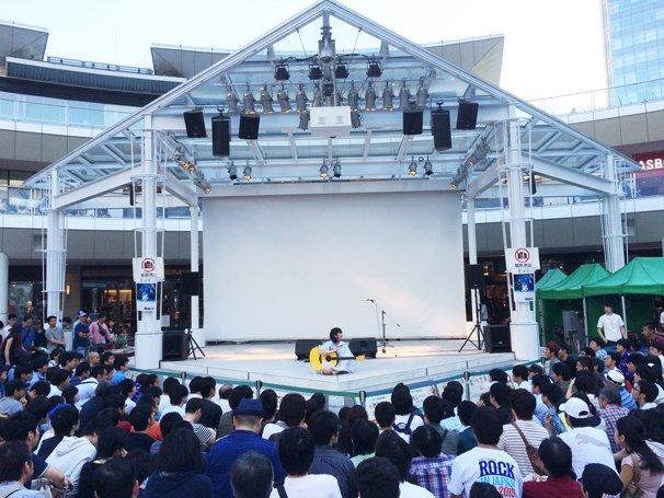 川崎ラゾーナでのリリースイベントの様子 観客を座らせ生歌で感動の渦に巻き込んだ