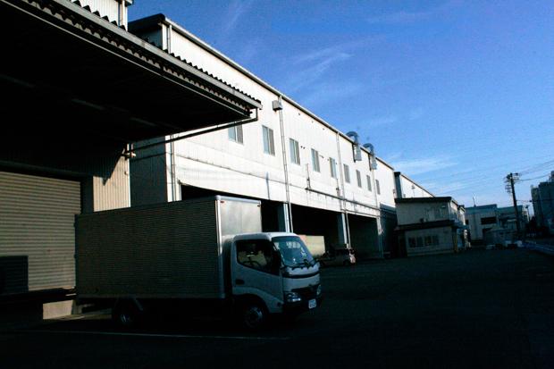 三芳スタジオはまさに工場といった外観