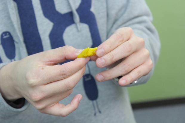 同梱されている黄色い粘土で自分の見たラパラパをつくっている様子/他のプレイヤーが自分と同じラパラパを見るケースもある